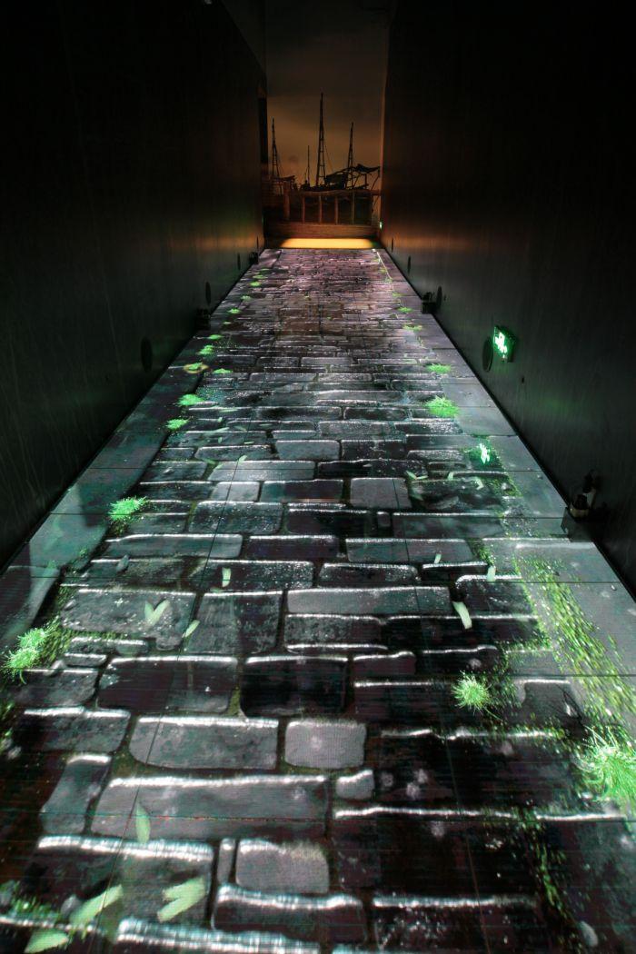 孙羊店后门是一条积水小巷,通向码头。雨后清凉,随着脚步,蛙声、水声,风声连成一片。地面上采用led互动地屏,会感应观众脚步,在地面上浮现片片涟漪。