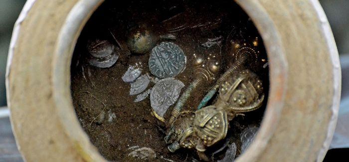 保加利亚发现中世纪土罐 罐中藏有大量财宝