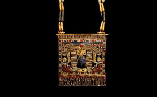 一件埃及第十二王朝时期的腰带,青金石圣甲虫