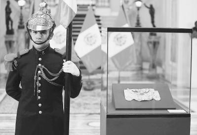 10日,黄金面具在秘鲁利马总统府展出