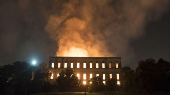一场大火吞噬了巴西国家博物馆的大部分藏品(图片来自《洛杉矶时报》网站)