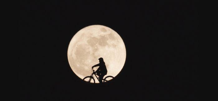 月球旅行 太空中的行为艺术