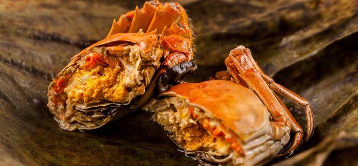 把螃蟹灌醉 将蟹壳咬碎