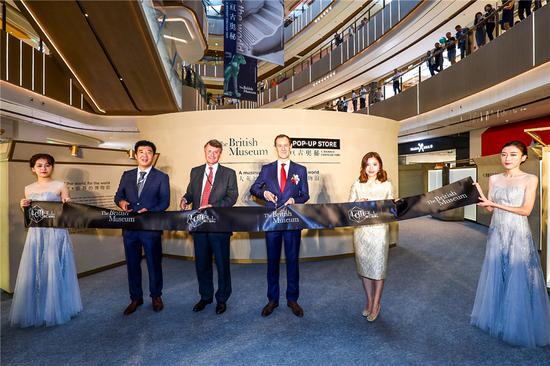 英国领事馆及大英博物馆代表、香港置地及旭辉集团管理层为流动体验馆剪彩