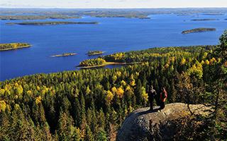 沉浸在芬兰的林间湖畔