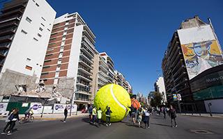 阿根廷概念艺术家为青奥会设计制作大型装置作品
