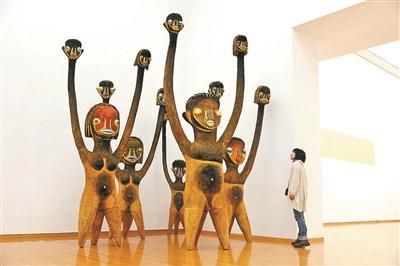 《无题》雕塑 木、丙烯、不锈钢(2014年)