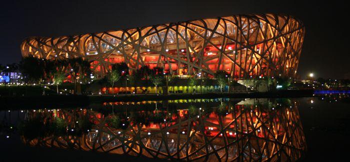 马兴文艺术爱心巴士驶进北京鸟巢