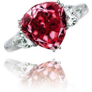 穆萨耶夫红钻(The Moussaieff Red),重5.11克拉,中彩红级别,净度为IF,是世界上最大的红钻石。2001年,穆萨耶夫红钻在拍卖会场中以800万美元的价格卖出,相当于每克拉160万美元。