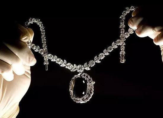 """""""黑色奥洛夫钻石""""是一块黑灰色钻石,重67.50克拉。于18世纪时来到俄罗斯,成为了奥洛夫公主珠宝盒内的一件珍品而被命名为""""奥洛夫""""。这颗目前67.50克拉重的黑钻石在被镶成项链并转卖多次后,如今由纽约钻石商温斯顿当作珍品在全世界巡回展览。"""