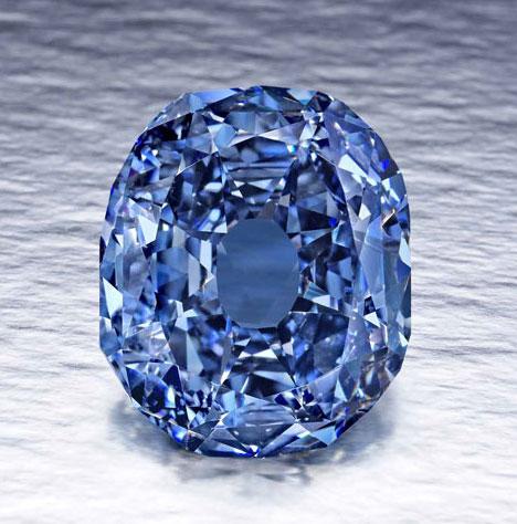 维特尔斯巴赫-格拉夫蓝钻(Wittelsbach-Graff),有82个切面、深彩灰蓝、净度为VS2、总量为35.56克拉,是极为罕见大克拉蓝钻,后经切割,失去了4.45克拉,变成了31.06克拉,现在这颗钻石的颜色变成了深彩蓝,净度等级为IF。
