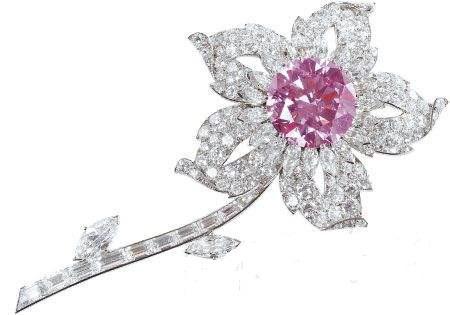 威廉姆森(Williamson Pink)一枚淡粉色的钻石,发现于坦桑尼亚的威廉姆森(Williamson)矿,原石重54.5克拉。1947年,英国伊丽莎白公主(现任英国女王伊丽莎白二世)结婚时,由一位加拿大矿主赠送。1948年被切磨成重23.6克拉的圆形钻石,并镶嵌在一枚胸针的中央。