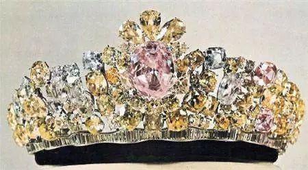光明之海(Noor-ol-Ain)为世上最大的粉红钻石,重60克拉,卵形切割,大小规格为 30 × 26 × 11 mm,被镶嵌在'光明之眼'(Nur-ul-Ain)皇冠上。据传光明之海来自世界最大的粉钻光明之海(大莫卧儿)。