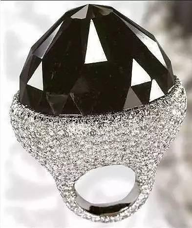 """""""德·克里斯可诺钻石(De Grisogono)""""重达312.24克拉,是世界上已经切磨好非常著名的黑色钻石。"""
