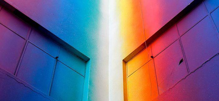 沐浴在五彩缤纷色彩下的废弃建筑