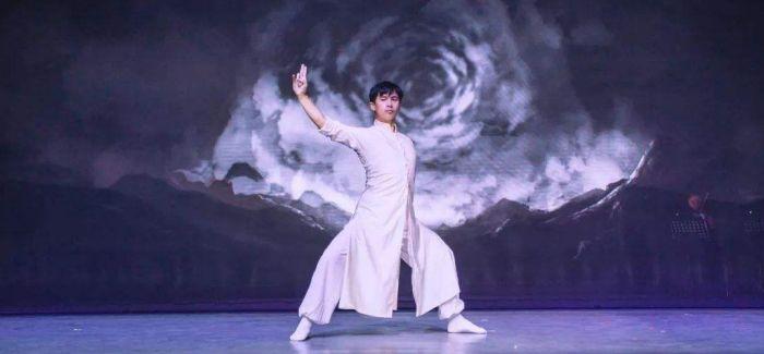 《东去西来》:数字媒体为传统舞台提供想象空间