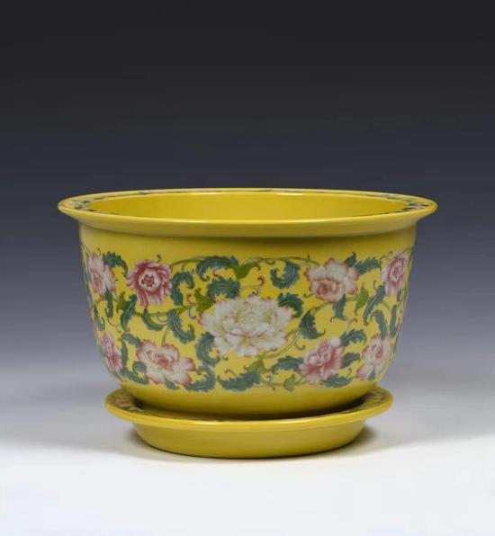 黄地扒花珐琅彩牡丹花盆