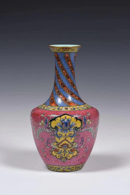 瓷胎画珐琅胭脂红地扒花方肩瓶
