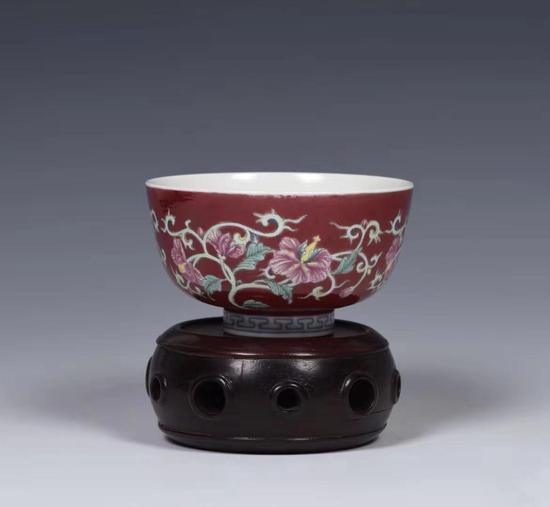 胭脂地珐琅彩花卉杯