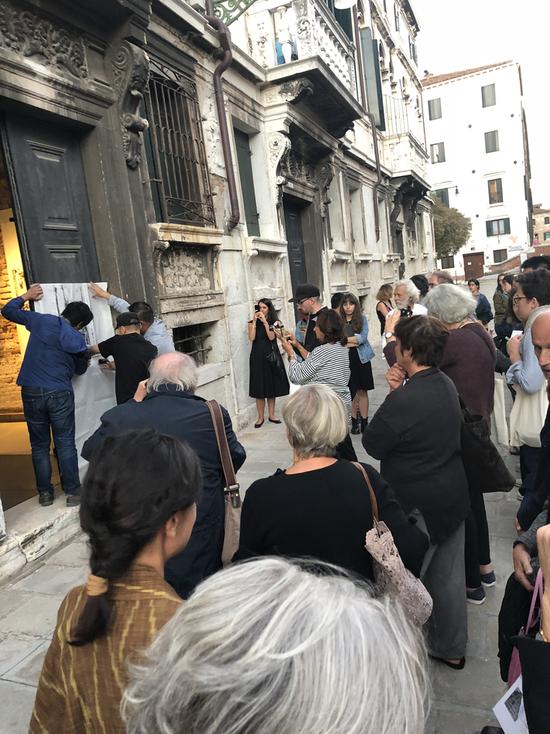 开幕式进行中的意大利威尼斯emg.art展馆现场大门纪实学拓印