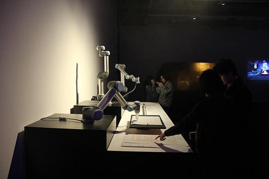 展览现场观众观看作品《你的话语》