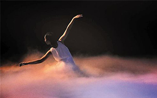 《宫墙内的芭蕾》:翩翩舞步似又起