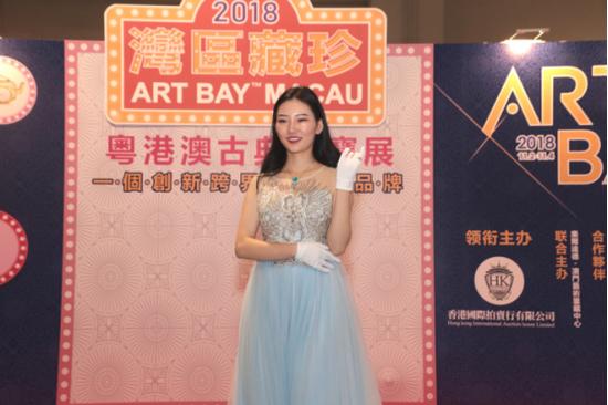 2018中华才艺小姐,通过走秀形式展示珠宝