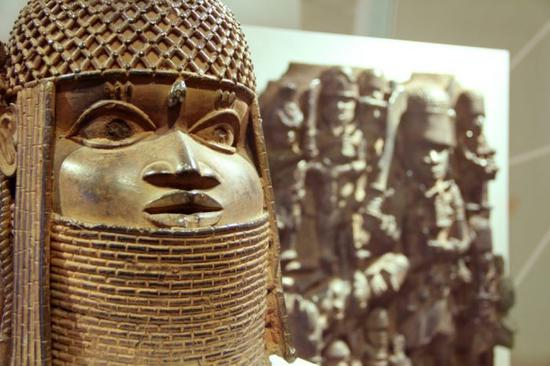 """Exhibition view of """"Looted Art? The Benin Bronzes"""" at MKG in Hamburg。"""