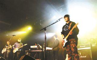 """北京首支中学校办摇滚乐队""""龙出没""""的成立"""