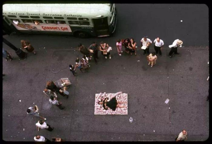 """60年代,草间弥生在纽约经常召集身边的一群嬉皮士创作""""乍现艺术""""(Happenings)。 &nbs"""
