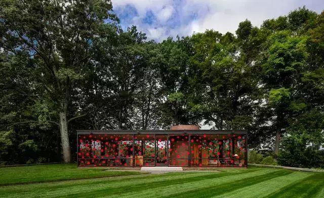 2016年,为庆祝建筑师菲利普·约翰逊110周年诞辰和他的玻璃屋开放10周年,草间弥生的波点也跑去了