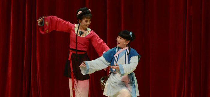 在华留学生演绎中国戏曲 一招一式感受文化之美