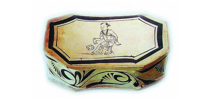 河北发现一方童子蹴鞠如意形瓷枕 距今约900年历史
