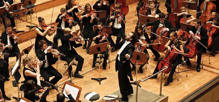 奥地利指挥家领衔北京新年音乐会《红旗颂》