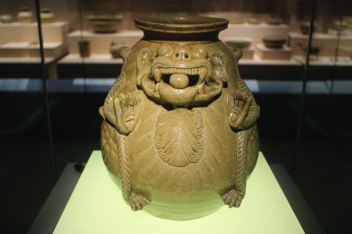南京博物院 青瓷神兽尊