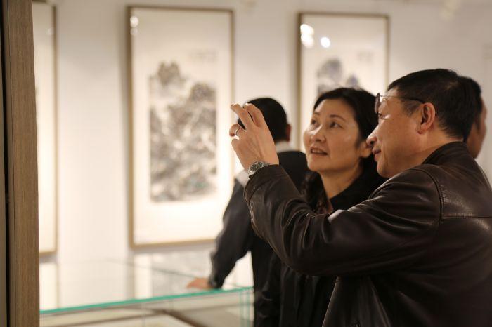 展览现场来宾参观展品