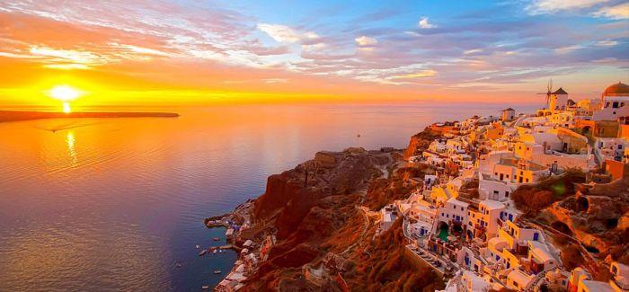 夕阳红下的希腊蓝