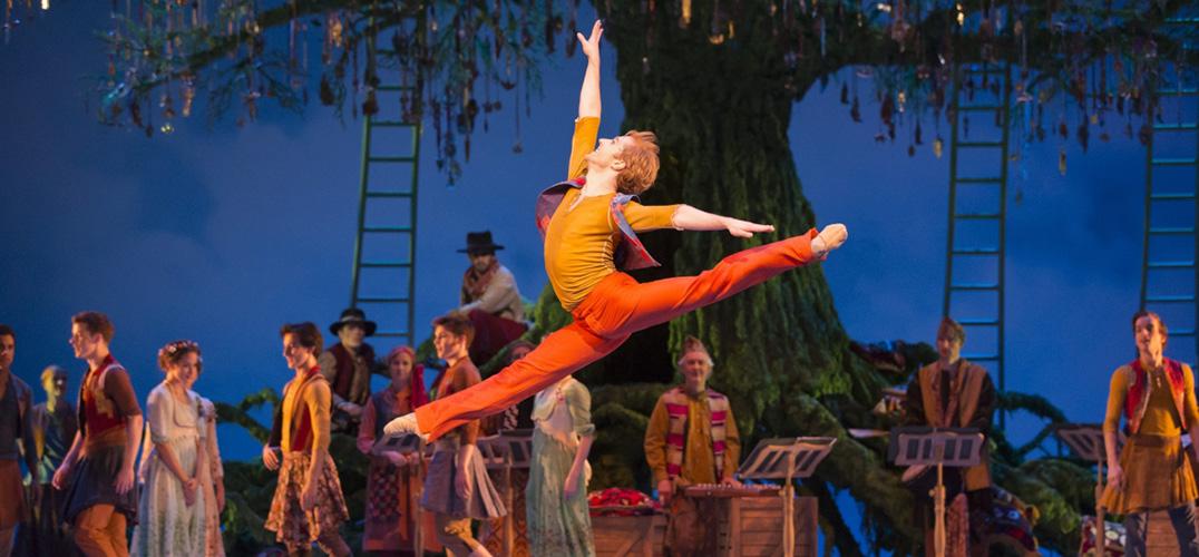 """英国皇家芭蕾舞团中矫健的""""彼得兔"""""""