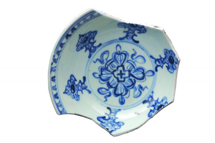 图1残破瓷碗