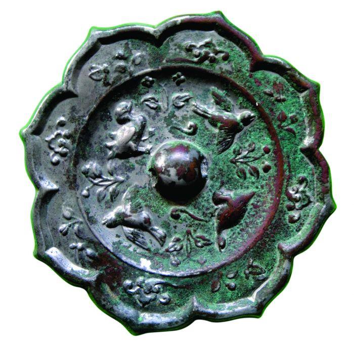 图1.唐代雀绕花枝菱花镜