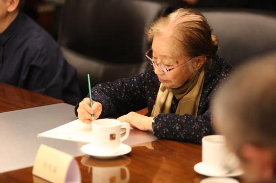 艺术家刘东瀛做笔记中