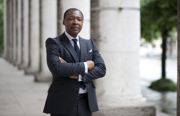 据外媒报道,当地时间3月15日,出生于尼日利亚的国际著名策展人奥奎·恩维佐(Okwui Enwezor)因癌症去世,年仅55岁。他是第一个以非洲策展人的身份,策划了第十一届卡塞尔文献展(2002)及第56届威尼斯双年展(2015)的策展人。并于2010年在ArtReview的艺术权力榜中排名第42位。