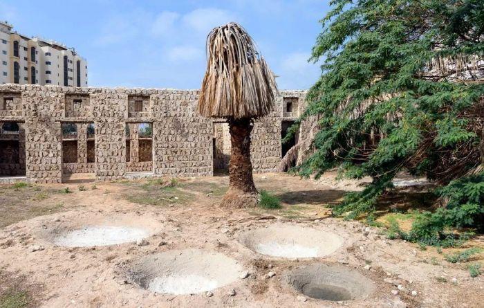 沙迦艺术基金会宣布,艺术家奥托邦戈·恩坎加(Otobong Nkanga)和埃默卡·奥格本(Emeka Ogboh)因其作品《老去的废墟做梦只为忆起过去坚硬的凿》(Aging Ruins Dreaming Only to Recall the Hard Chisel from the Past, 2019)赢得沙迦双年奖。在该合作项目中,艺术家对Al Mureijah广场上的历史建筑Bait Al Aboudi和周围的场地进行一系列多媒体干预,灵感来自庭院中的一棵枯树。