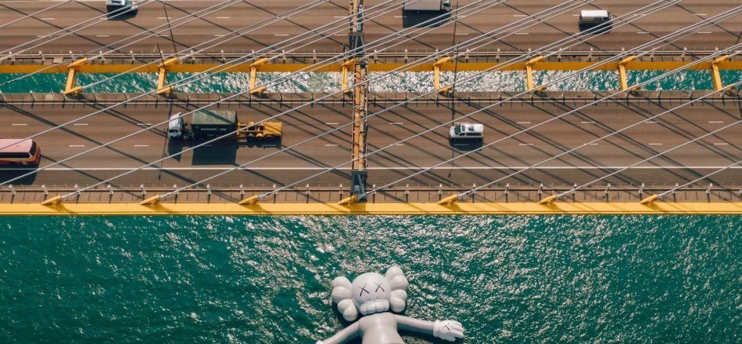 KAWS在维多利亚港已躺平 你还记得当年的大黄鸭吗?