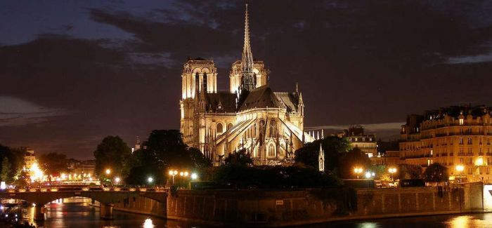 巴黎圣母院:人性的悲悯与光彩