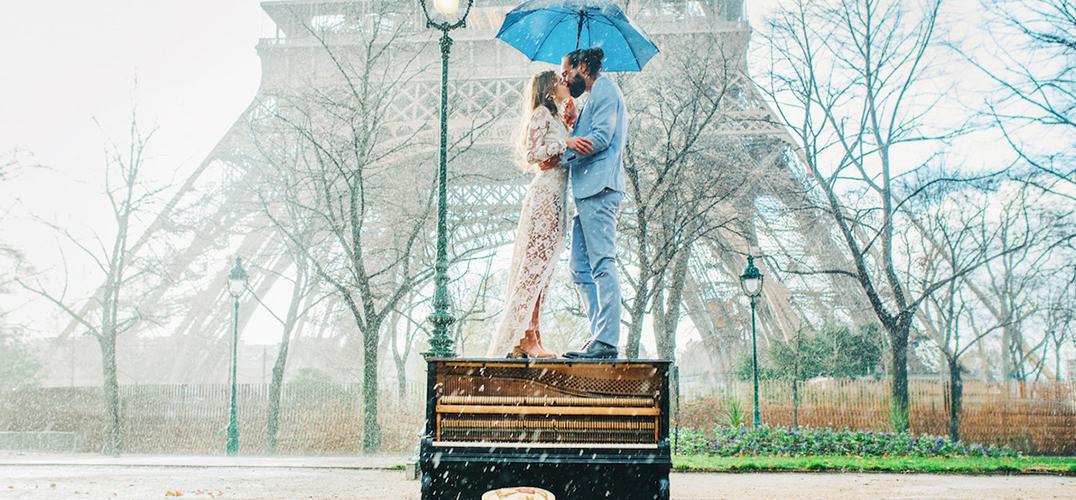 埃菲尔铁塔下的浪漫