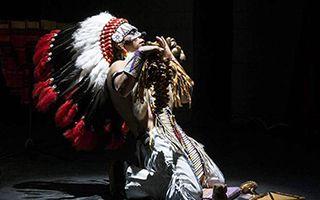 震撼人心!印第安音乐家演奏《最后的莫西干人》