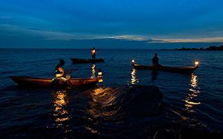 徜徉在尼亚萨湖上的独木舟