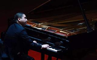 """激励人成长的盲人音乐家 转身为孩子""""岩""""传身教"""