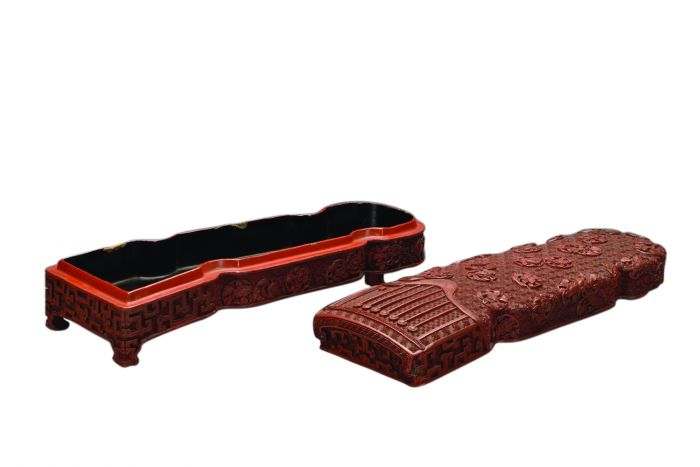清乾隆剔红菊花纹琴式盒